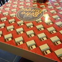 4/14/2013 tarihinde Erkan G.ziyaretçi tarafından Retro Burger'de çekilen fotoğraf