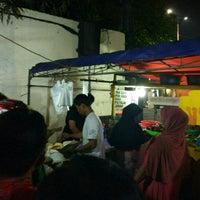 Photo taken at Bebek Tugu Pahlawan by Siti R. on 3/23/2017