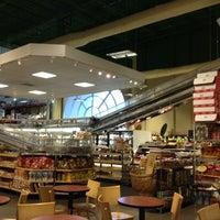 Photo prise au Phoenicia Specialty Foods par Dat L. le5/12/2013