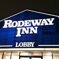 Photo taken at Rodeway Inn Maingate by Evan[Bu] on 1/2/2014