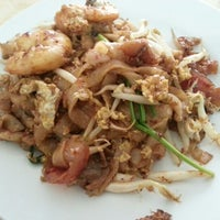 Photo taken at Lorong Selamat Char Koay Teow by Sheryl L. on 12/17/2012