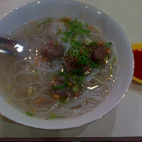 Photo taken at Bakso Sapi Sumatera (sejak 1940) by Rei H. on 1/27/2013