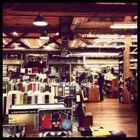 Photo prise au Elliott Bay Book Company par Joel D. le12/19/2012