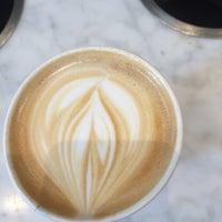 Photo prise au Blue Bottle Coffee par Kendra R. le11/30/2015