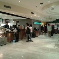 Foto tomada en Starbucks por Juli S. el 10/20/2013