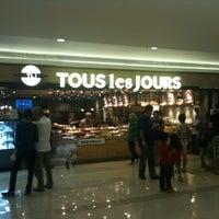 Photo taken at TOUS les JOURS by Irvan e. on 10/26/2012
