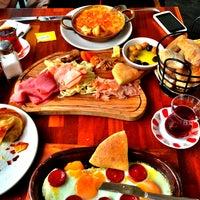 4/14/2013 tarihinde Theo K.ziyaretçi tarafından Beyaz Fırın & Brasserie'de çekilen fotoğraf