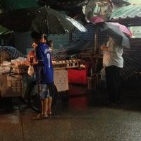 Photo taken at ปลาหมึกย่างยายก้อย by Potaton H. on 8/22/2013
