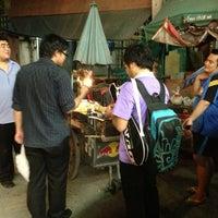 Photo taken at ปลาหมึกย่างยายก้อย by Potaton H. on 8/16/2013