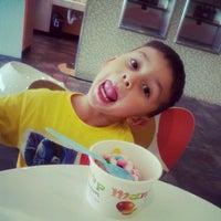 Photo taken at Mango Cup Frozen Yogurt by Raul A. on 11/5/2012