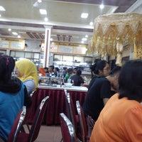 Photo taken at Rumah Makan Pagi Sore Teluk Gelam by Horas S. on 4/20/2014