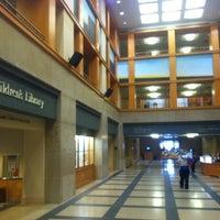 รูปภาพถ่ายที่ Central Library โดย Brian R. เมื่อ 10/13/2012