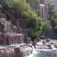 Foto tirada no(a) Wynn Waterfall por Kev Y. em 7/9/2013