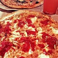 Das Foto wurde bei Blaze Pizza von Tanya S. am 9/25/2015 aufgenommen