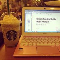Photo prise au Starbucks par Rika H. le3/30/2013