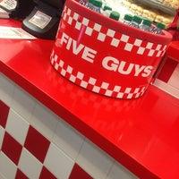 Foto scattata a Five Guys da Aّmoُon il 1/27/2013