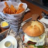 Foto tomada en New York Burger por Chijaukay el 8/17/2014