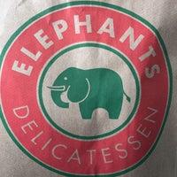 Foto tirada no(a) Elephants Delicatessen por Topher J. em 3/16/2018