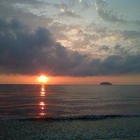 Photo taken at Tanjung Aru Beach by Ak.huzaireen on 3/18/2013