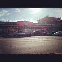 12/17/2013 tarihinde TeyTeyziyaretçi tarafından Voodoo Doughnut Mile High'de çekilen fotoğraf