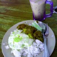 Photo taken at Nasi lemak maklong by Chumie C. on 4/11/2014