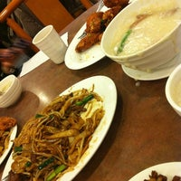Photo taken at Congee Noodle House 粥麵館 by Keith L. on 12/18/2012