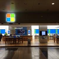 Foto tirada no(a) Microsoft Store por Jun Y. em 5/16/2013