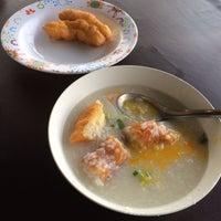Photo taken at เจ๊หุย โจ๊ก ไข่กะทะ อาหารเช้า by Pramote S. on 2/8/2014