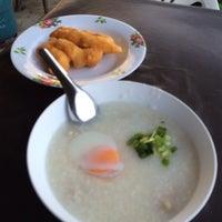 Photo taken at เจ๊หุย โจ๊ก ไข่กะทะ อาหารเช้า by Pramote S. on 2/9/2014