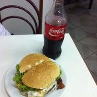 Foto tirada no(a) Geniu's Burger por Jose J. em 12/8/2012