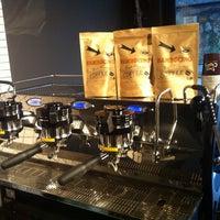 รูปภาพถ่ายที่ Two Cups Coffee โดย Koray E. เมื่อ 12/12/2014