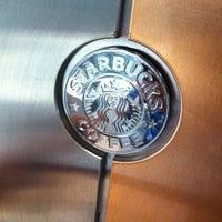 Foto tirada no(a) Starbucks por Cezar S. em 10/1/2013