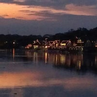 Foto scattata a Boathouse Row da Kimberly M. il 10/15/2012