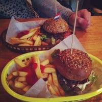 5/10/2013にTheaがRembrandt Burgerで撮った写真