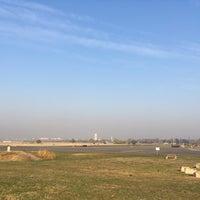 Foto tomada en Tempelhofer Feld por Marci S. el 10/18/2018