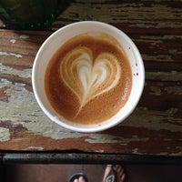 Photo prise au Menotti's Coffee Stop par Julie L. le10/19/2013