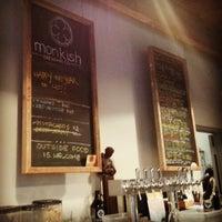 Foto tomada en Monkish Brewing Co. por Michael J. el 3/16/2013