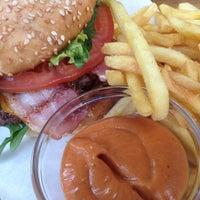 Foto scattata a Schiller Burger da Kartoffel B. il 10/9/2012