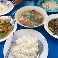 Photo taken at อาหารตามสั่ง ลุงอ้วน หน้า รร.ดารา by หญิงเล็ก on 12/1/2016