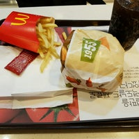 Photo taken at McDonald's by 형욱 류. on 10/6/2016