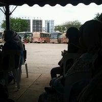 Photo taken at Kompleks Terminal Makmur (Kuantan Bus Station) by Sayakilla on 3/8/2013