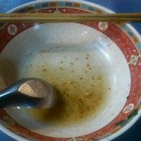 รูปภาพถ่ายที่ ก๋วยเตี๋ยวหมูห่อใบตอง | ตลาดศาลเจ้า โดย Gunpai P. เมื่อ 12/11/2012