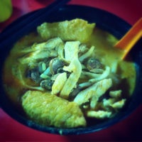 Photo taken at Alor Corner Curry Noodle by Tan Chou Yee on 12/31/2014