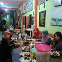 Photo taken at Ayam Goreng Mbok Limbok by Henny F. on 8/22/2014
