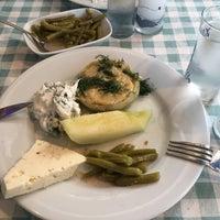 Foto tomada en Samos Tavern Restaurant por Mustafa K. el 5/4/2018