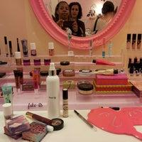 Foto tomada en Benefit Cosmetics por Ella R. el 11/17/2012