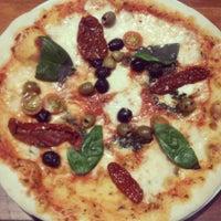 Photo taken at La Pizza Nostra by Jimena Sobarzo L. on 5/10/2014