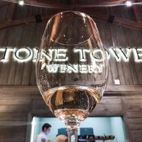 Foto tirada no(a) Stone Tower Winery por Caroline B. em 1/26/2018