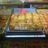 Foto scattata a Eastern Bakery da Jose F. il 7/22/2012