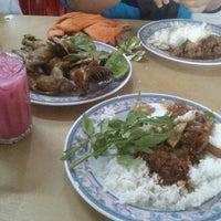 Photo taken at Nasi Ayam Kampung by Ahmad R. on 9/29/2012